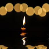 Kaars in het donker. — Stockfoto