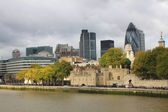 Tower of London and Modern London city office skyline by River Thames — Stock Photo