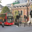 George Canning statue, London red double-decker bus in Parliam — Stock Photo