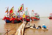 Realiza barco tradicional en el río — Foto de Stock