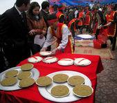 人们在传统服饰考试中做出圆糯米 cak — 图库照片