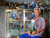 The folk artist of Hong Phong water puppetry and wooden puppets — Stock Photo