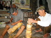 The folk artist of Thanh Hai water puppetry make wooden puppets — Stock Photo