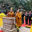 Monks and the faithful ceremony at Con Son Pagoda — Stok fotoğraf