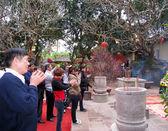 Besökarna bränna rökelse ceremoni på con son pagoda — Stockfoto