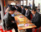 Players play Chinese chess in traditional festival — Stock Photo