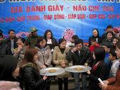 People eating cake in exam to make round sticky rice cake — Stock Photo
