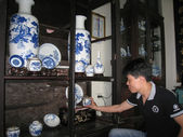 Man collecting antique porcelain — Foto de Stock