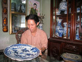 Man collecting antique porcelain — Stock Photo