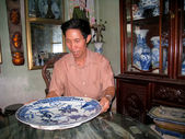 Man collecting antique porcelain — Stockfoto