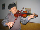 Old artist performing violin — Stock Photo