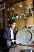 Asiatiska man samla antika produkt — Stockfoto