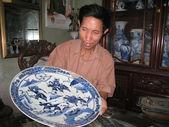 Man samlar antika porslin — Stockfoto