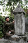 Old man reads epitaphs — ストック写真