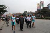 Pat Farmer, an Australian athlete, running with fans — Stockfoto