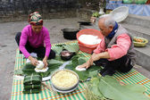 People make square glutinous rice cake — Stock Photo