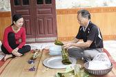 Asian man packing rice cake — 图库照片