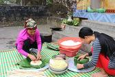 Menschen machen platz klebreis kuchen — Stockfoto