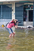 Thai flood crisis at Charoen Krung road — Stock Photo