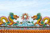 Statue of twin dragons on the roof of Chinese temple — Stockfoto