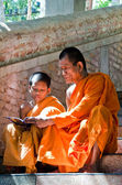 An unidentified monk teaching young novice monks — Stock Photo