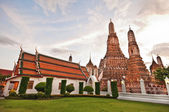 Wat Arun ( The Temple of Dawn) in bangkok thailand — Stock Photo