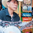 An unidentified Thai musician perform  in Chatuchak market — Stock Photo