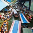 Boats busy ferrying people at Damoen Saduak floating market — Stock Photo