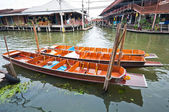 Wooden flat boats in the river at Damoen Saduak floating market — Foto Stock