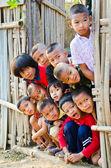 Un no identificados niños lun 5-12 años de edad se reúnen para photogra — Foto de Stock