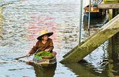 Tajski kobieta sprzedaje jej towarów w jej łódź — Zdjęcie stockowe