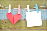 Paper heart and card hanging on the clothesline. On old wood bac — Fotografia Stock