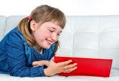 Kleines mädchen, ein rotes buch lesen — Stockfoto