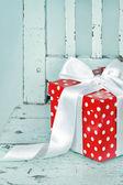 Caja de regalo roja con lazo blanco — Foto de Stock