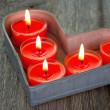 Зажженные свечи на подносе красный — Стоковое фото