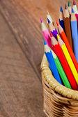 Färgpennor på trä bakgrund — Stockfoto