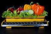 Legumes em uma escala de cozinha amarelo antigo — Foto Stock