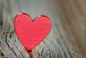 Corazón rojo sobre fondo de madera — Foto de Stock