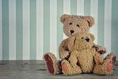 Dois ursos de pelúcia abraçando — Foto Stock
