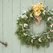 Green Christmas wreath in snowfall — Stock Photo