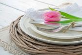 Tulipano rosa su impostazione cena rustica — Foto Stock