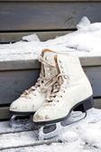 Par de viejos blanco patines en escaleras nevados — Foto de Stock
