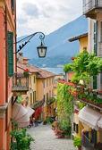 μικρή γραφική πόλη δρόμοs θέα στην λίμνη κόμο ιταλία — Φωτογραφία Αρχείου