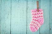 Ahşap arka plan mavi pembe bebek çorap — Stok fotoğraf
