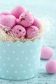 Rosa huevos de pascua en una taza de la magdalena — Foto de Stock