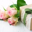 Gift box wrapped in brown paper, white lace and a green bow — Stock Photo