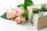 Gift box wrapped in brown paper, white lace and a green bow — Foto Stock