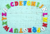 Lettres de l'alphabet coloré sur fond bleu clair — Photo