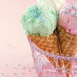 Cones of ice cream on pink background — Stock Photo