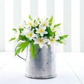Primavera fiori selvatici in una tazza di metallo su sfondo d'epoca — Foto Stock